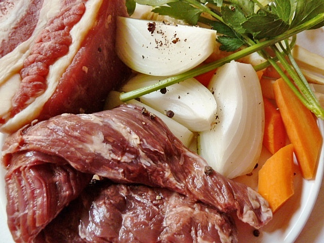 Kronfleisch gesotten mit Rosenkohl, Kartoffeln und Mairübchen