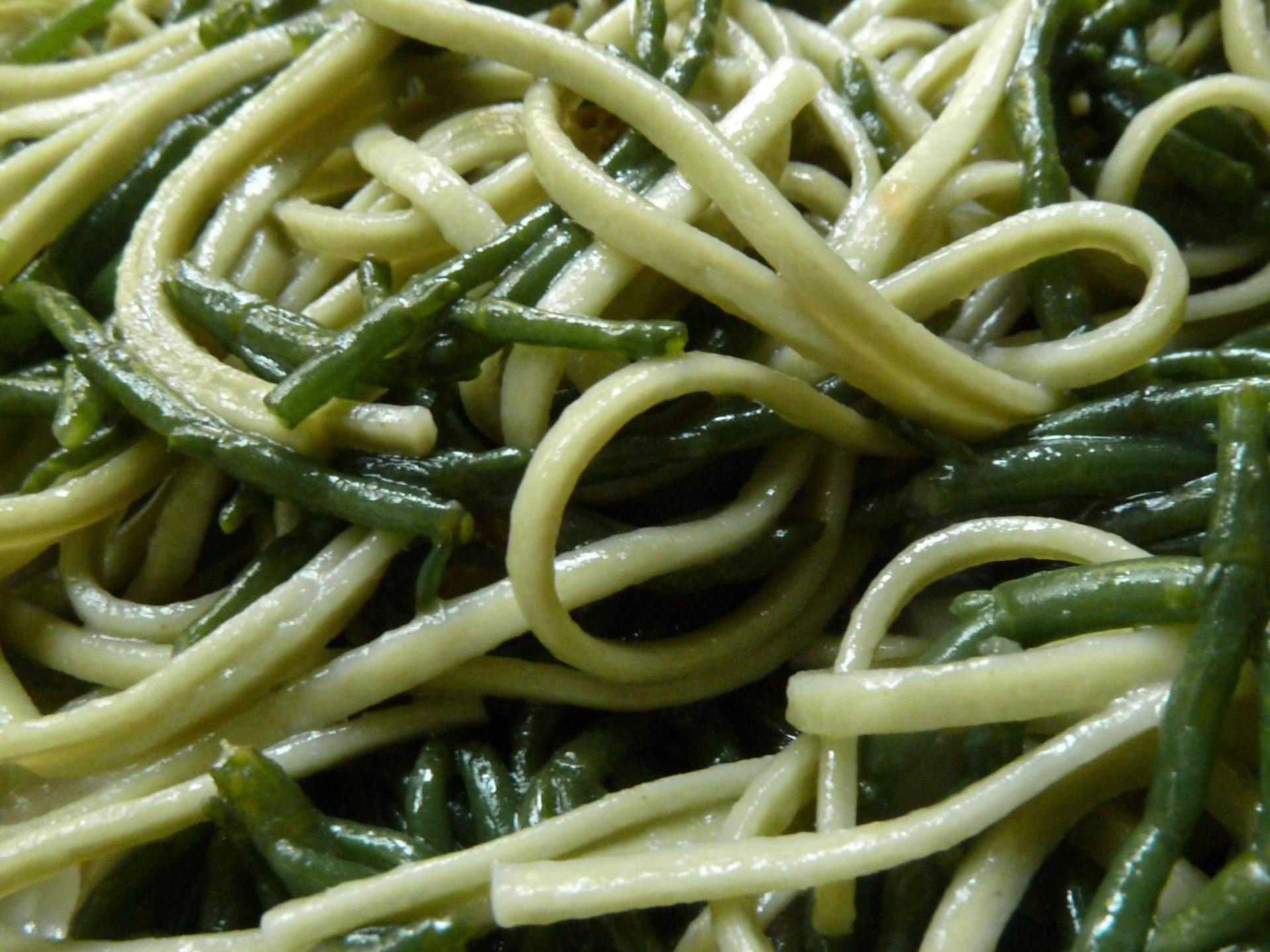 Salat von Salicornes, grüne Teenudeln und Miesmuscheln