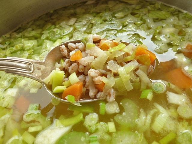 Dinkelkorn und Gemüse in der Suppe