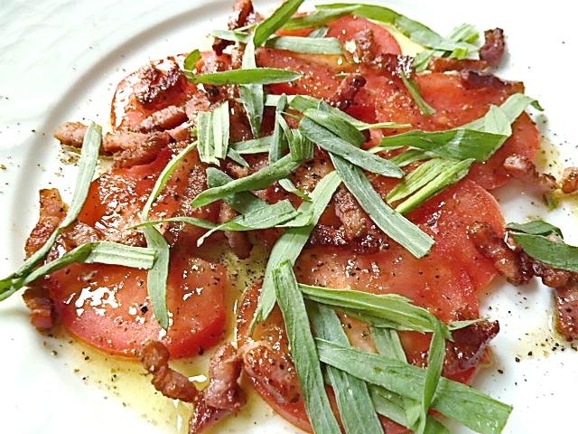 Tomatensalat mit gebratenen Speck, Olivenöl, Zitronensaft und frischen Estragon