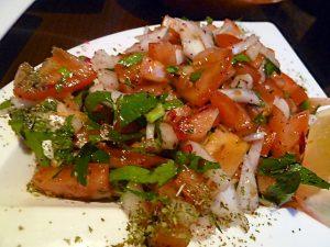 dazu ein Tomatensalat mit Petersilie und Zwiebeln