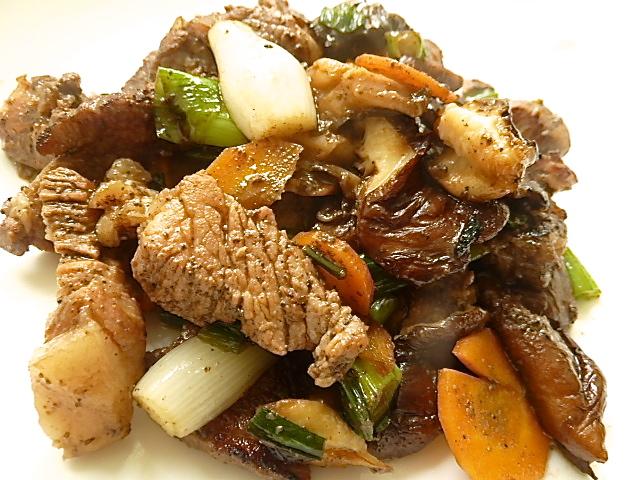Pfannengerührter Schweinenacken mit Shiitakepilzen und Gemüse
