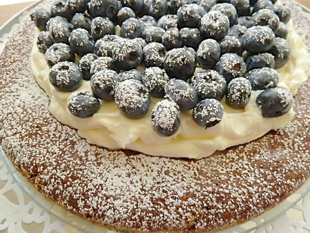 Schokoladenkuchen mit Sahne-Mascarpone-Creme und Blaubeeren