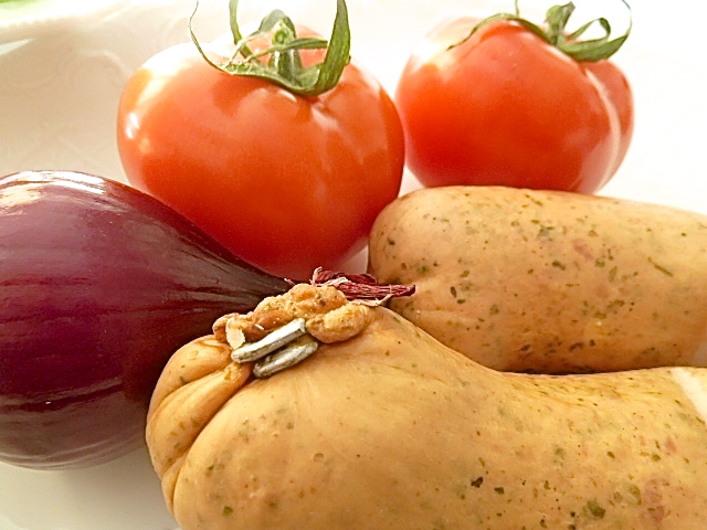 Tomatensalat mit Portulak und abgebräunter Regensburger