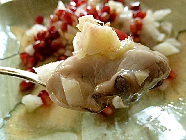 Kinilaw von Austern, Ingwer, Zwiebeln, Zitrusfrüchten und Granatapfel