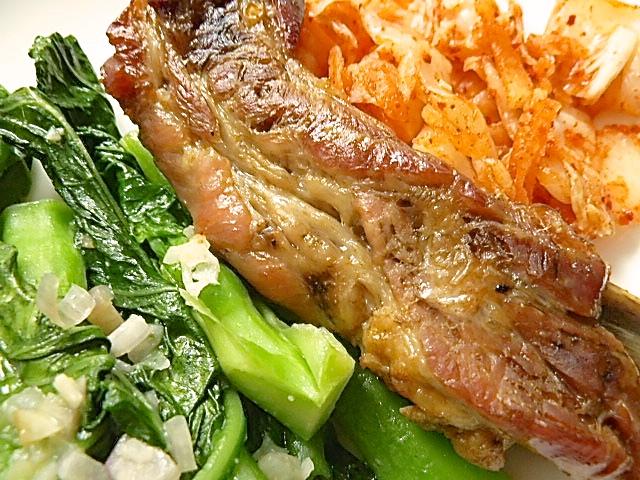 Koreanische Rippchen mit Kimchi und Gai-Lan