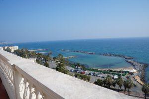 dann auf die Terrasse mit Meerblick