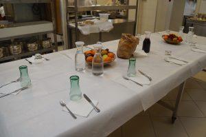 und der Tisch für den Mittagstisch für die Küchenmannschaft