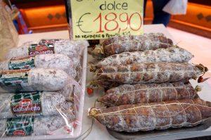 das Mitbringsel vom Markt, wie oft: Salami