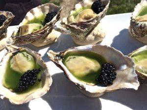 Austern mit Gurkengelee und Kaviar
