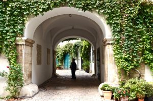 Vom Mozarthaus durch den Innenhof nach draussen