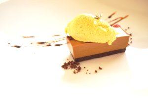 Olivenöleis mit Brot auf Schokoladenmousse