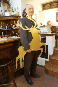 folgen Sie dem Mann mit dem goldenen Hirschen