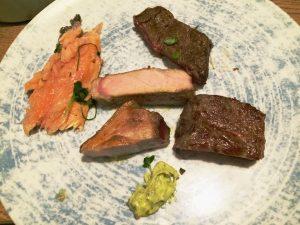 Fisch und Steak als Auswahl auf dem Teller