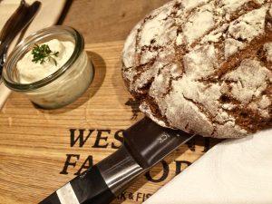 frisch gebackenes Brot und Aufstrich