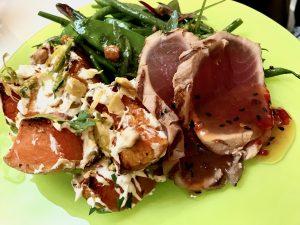 Thunfisch mit zwei Salaten