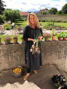 oder Zwiebeln und Kräuter im Garten holen