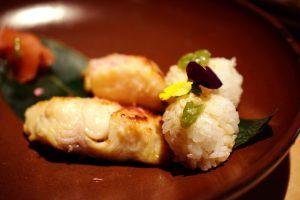 Black Cod mit Sake-Kirschblütenmarinade und Onigiri mit Ingwer-Wasabifüllung