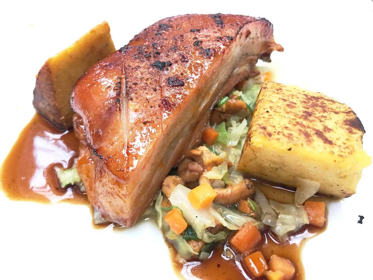 Schweinebraten mit Polenta, Gemüse und toller Soße