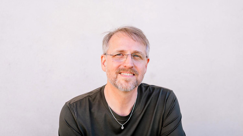 Din psykologs ägare, Rickard Salomon har en grön tröja på sig. Han ser glad och avslappnad ut. Rickard är legitimerad psykolog med inriktning på trauma.  Rickard är Psykolog i Nyköping.