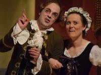 Forførende løjer under julefesten (fra Teaterselskabets opførelse af Holbergs Julestue). Pressefoto.