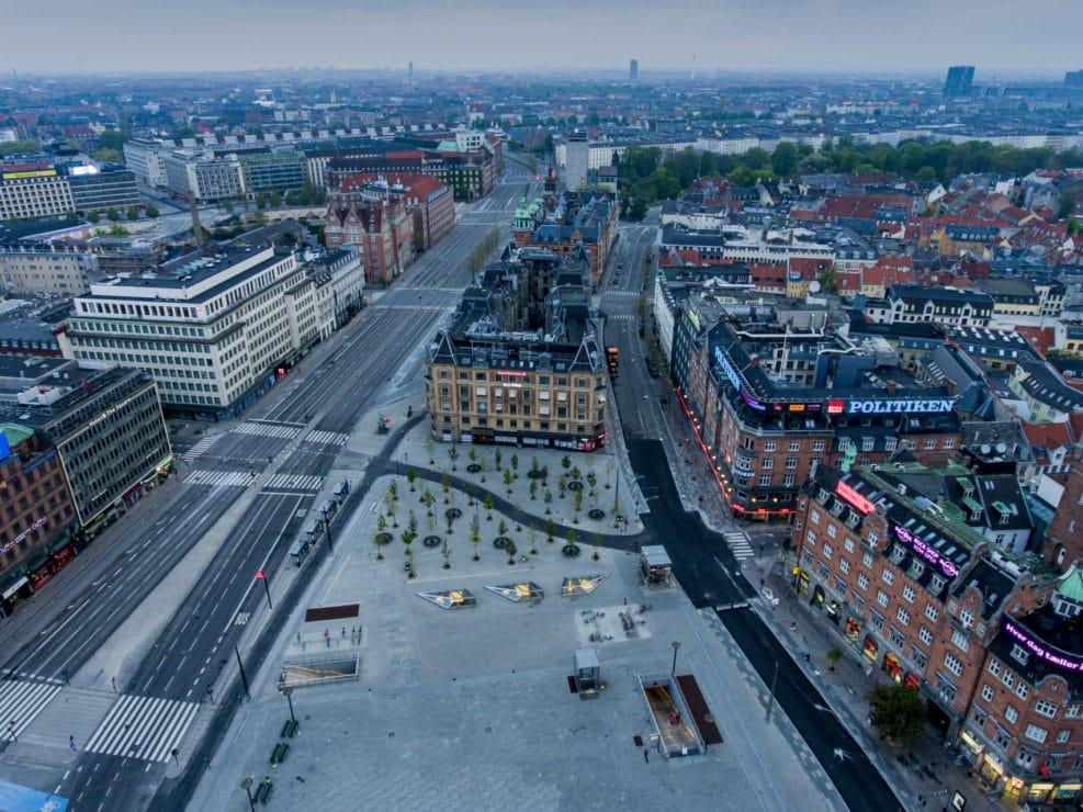 Corona Lockdown. Rådhusspladsen i København med udsigt til Tivoli, Vesterbrogade og Strøget.