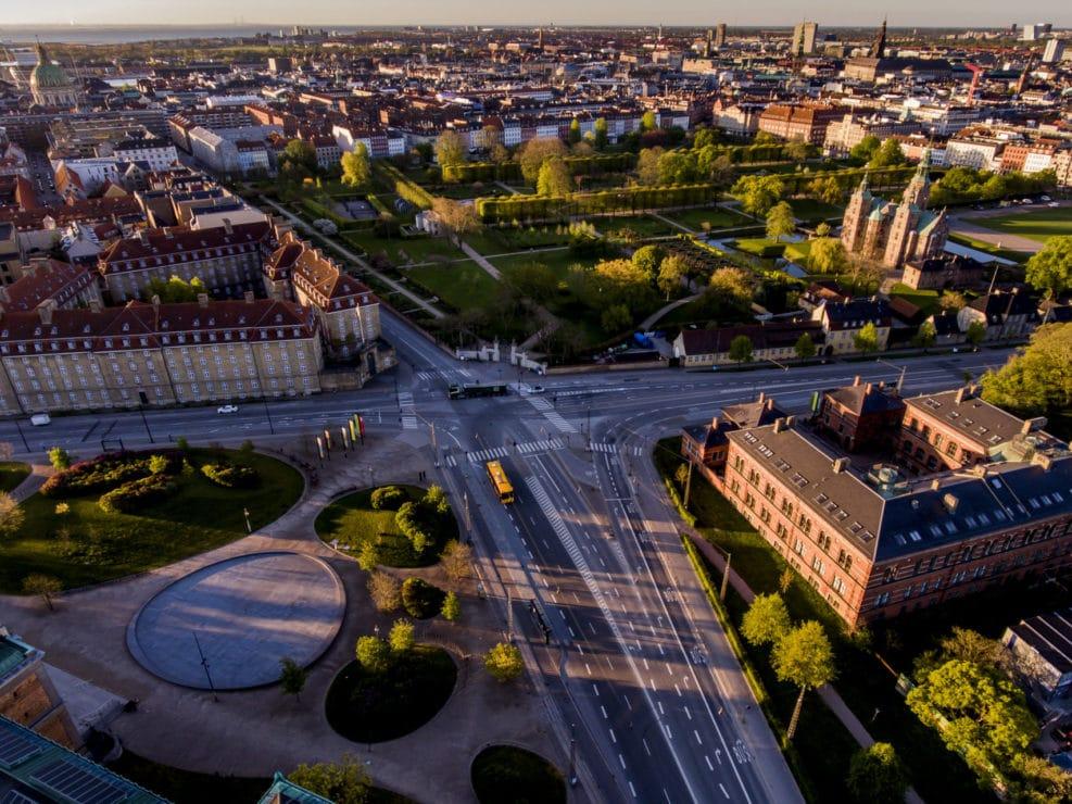Corona Lockdown. Østerport, Stockholmsgade, Kartoffelrækkerne, Sølvtorvet, SMK og Kongens Have set fra drone i Østre Anlæg.