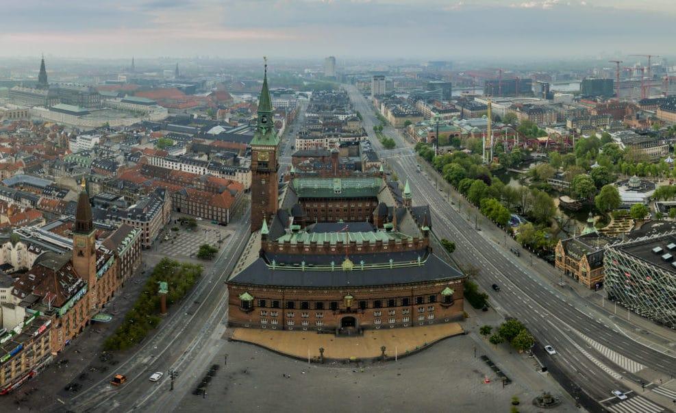 Dronepanorama af Københavns Rådhus og Rådhusplads.