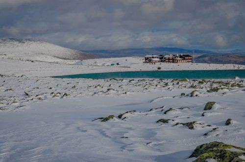 Snøhetta i høstens første snøfall