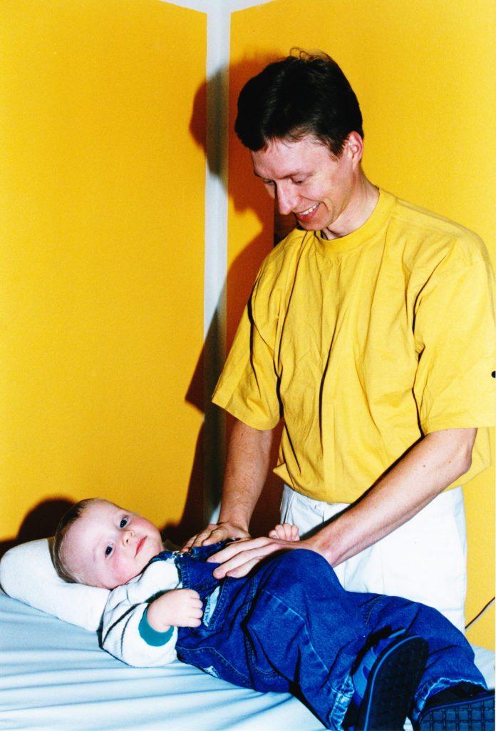 Healing af dreng på briksen