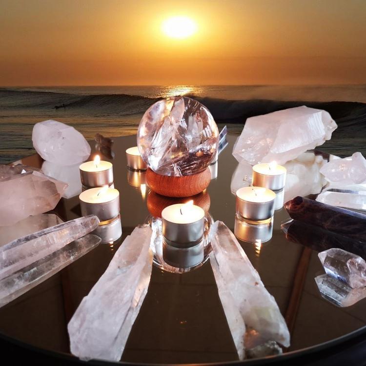 krystalkugle og alle de andre bjergkrystaller på et rundt bord