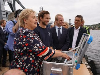 Prime Minister of Norway Erna Solberg took control of the Yara Birkeland scale model (photo: Kongsberg Maritime)