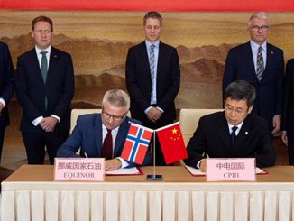 Equinor executive vice president Pål Eitrheim and CPIH president Tian Jun sign the MoU