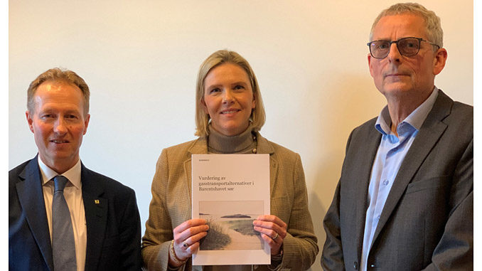 Minister of Petroleum and Energy Sylvi Listhaug receives the report on gas transport from CEO of Gassco, Frode Leversund (left) – Kjell Agnar Dragvik, Director Analyses and framework at the NPD, also attended the presentation (photo: NPD)