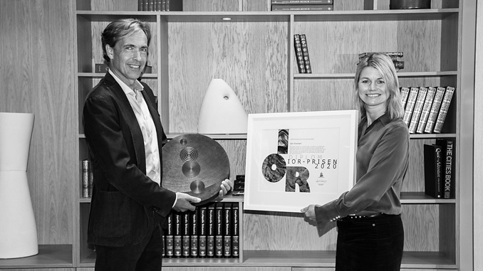 General director Ingrid Sølvberg presents the IOR award to Geir Evensen of the research institute NORCE