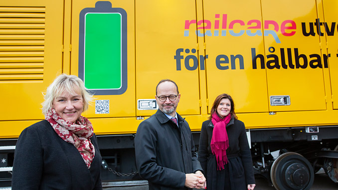 Helene Hellmark Knutsson, Västerbotten County Governor; Tomas Eneroth, Minister of Infrastructure; and Eva Nordmark, Minister of Employment, with the battery-powered MPV