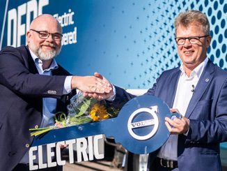 The first Volvo FM Electric was handed over to DFDS by Roger Alm (right), President Volvo Trucks, in August – the delivery of the additional 100 trucks will start in Q4 next year