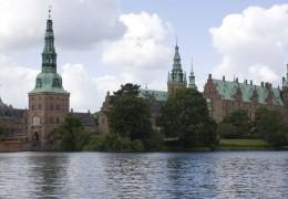 Frederiksborg Slot set fra slotssøen ombord på M/F Frederiksborg