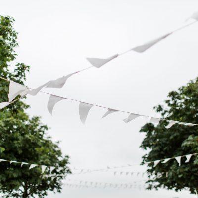 huur witte vlaggenslinger bruiloft stoffen slinger