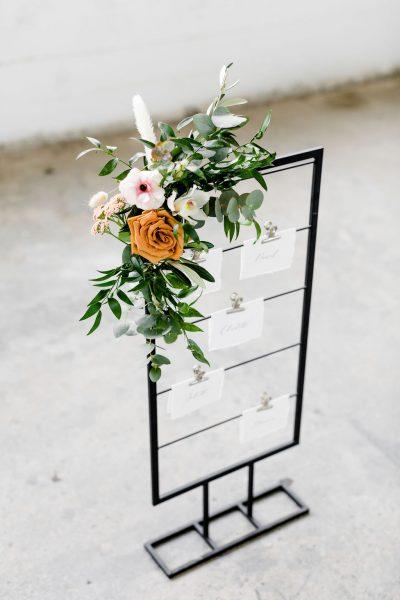 kaartenrek zwart metaal huren bruiloft tafelindeling