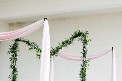 stellingen staand op zich zelf staande stokken palen stellingen huren bruiloft zwart metaal standaards festivallights festivalverlichting stokken met oog