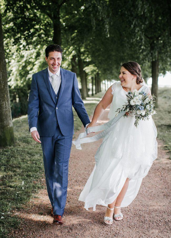 bruiloft dusty blue lambertuskerk raamsdonk wit wedding white decoratie zilveren trouwschoenen zijde lint