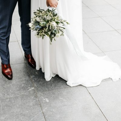 bruiloft dusty blue lambertuskerk raamsdonk wit wedding white decoratie zilveren trouwschoenen