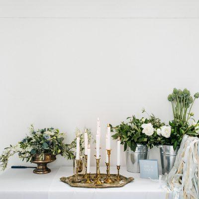 bruiloft dusty blue lambertuskerk raamsdonk wit wedding white decoratie bloemenbar