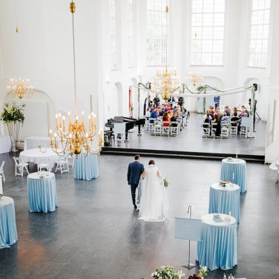 ceremonieopstelling witte stoelen huren stoelboeketjes bruiloft stellingen bruid wegbrengen vader moment