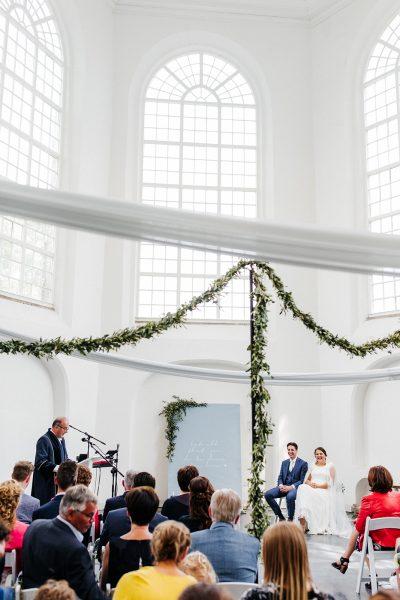 ceremonieopstelling witte stoelen huren stoelboeketjes bruiloft stellingen