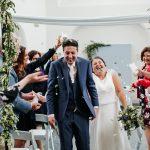 ceremonieopstelling witte stoelen huren stoelboeketjes bruiloft stellingen rozenblaadjes strooien confetti olijf