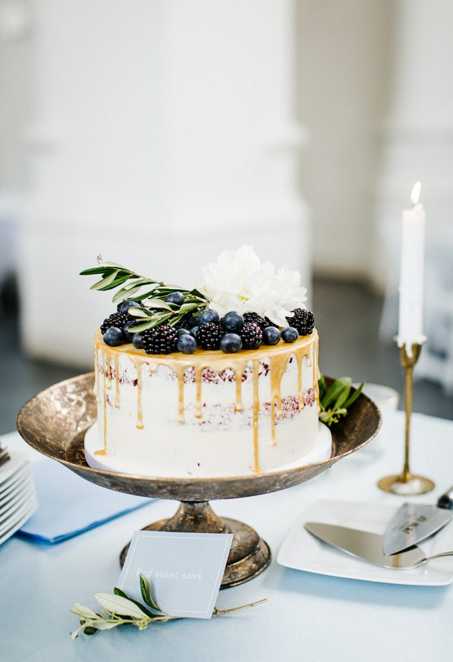 dripcake wedding bramen en blueberries naked cake velvet bruiloft toost en taart