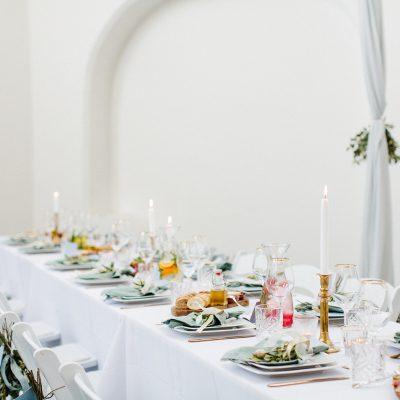 tafelstyling groene servet huren goud bestek cateraar dusty blue