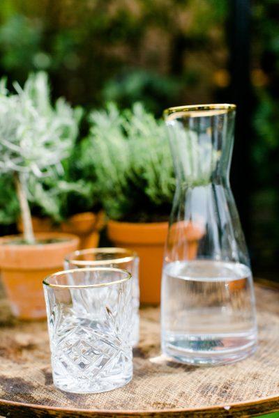 huur waterglas relief met gouden rand